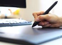 Grafische ontwerper die digitale tablet en computer met behulp van Stock Afbeelding