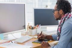 Grafische ontwerper die een grafiektablet gebruiken stock foto
