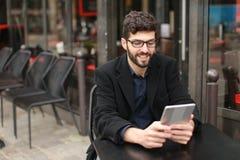 Grafische ontwerper die met binnen tablet en documenten bij koffielijst werken stock fotografie