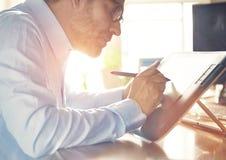 Grafische Ontwerper die met digitale Tekeningstablet en Pen werken Stock Fotografie