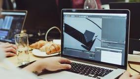 Grafische ontwerper die met een 3D project werken stock footage