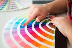 Grafische ontwerper die met pantonepalet werken Royalty-vrije Stock Foto