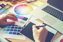 Grafische ontwerper die op grafiektablet op het werk trekken royalty-vrije stock foto
