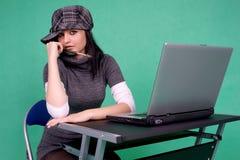 Grafische ontwerper met borstel en laptop. Stock Afbeeldingen