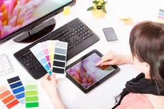 Grafische ontwerper op het werk. Kleurensteekproeven. Royalty-vrije Stock Afbeeldingen