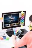 Grafische ontwerper op het werk. Kleurensteekproeven. stock foto's