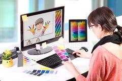 Grafische ontwerper op het werk. Kleurensteekproeven.