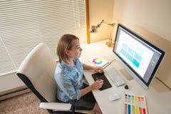 Grafische ontwerperzitting op het werk illustrator Webontwerper freelancer stock foto's