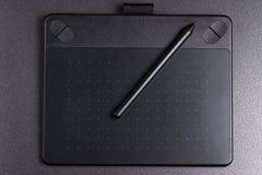 Grafische tablet met pen op zwarte hoogste mening als achtergrond royalty-vrije stock fotografie
