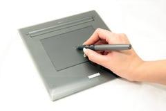 Grafische tablet, pen en ontwerperhand Stock Afbeeldingen