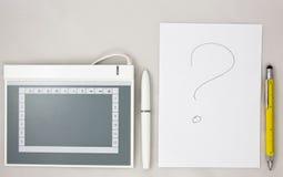 Grafische Tablette gegen traditionelles Papier mit Stift Lizenzfreies Stockfoto