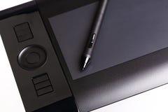 Grafische Tablette mit Griffel, Stift lokalisiert auf Weiß stockbilder