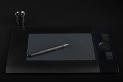 Grafische Tablette und Stift und Stand für Spitzen auf schwarzem Hintergrund Stockbild