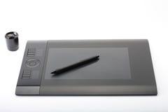 Grafische Tablette und Stift und Stand für Spitzen auf weißem Hintergrund Stockfotografie