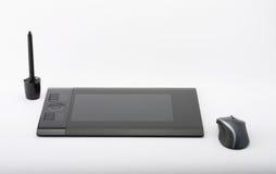 Grafische Tablette und Stift und Stand für Spitzen und Maus auf weißem BAC Lizenzfreie Stockfotos
