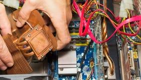 Grafischer Adapter und Schraubendreher getrennt auf Weiß Installierung des Kühlsystems der CPU in den PC Lizenzfreie Stockfotos