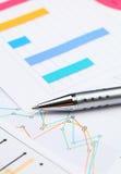 Grafisches Diagramm und Stift Lizenzfreie Stockfotos