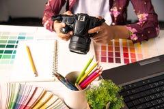 grafisches kreatives des Designers, Kreativitätsfrau, die an camara a arbeitet Stockfotografie