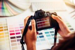 grafisches kreatives des Designers, Kreativitätsfrau, die an camara a arbeitet Stockfotos