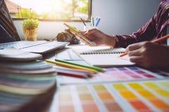 grafisches kreatives des Designers, Kreativitätsfrau, die an Laptop a arbeitet Lizenzfreie Stockfotos