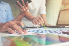 Grafisk design och färgprovkartor och pennor på ett skrivbord royaltyfri foto