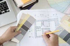 Grafisk design och färgprovkartor och pennor på ett skrivbord Architectu arkivfoton