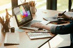 Grafisk design som arbetar med den idérika datoren, märkes- jobbarbete fotografering för bildbyråer