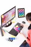 Grafisk formgivare på arbete egenskapa prövkopior för printing för press för färgbildindustri pre stock illustrationer