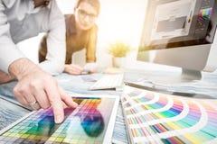 Grafisk formgivare på arbete egenskapa prövkopior för printing för press för färgbildindustri pre royaltyfri bild