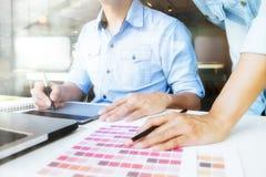 Grafisk formgivare på arbete Färgprovkartaprövkopior Arkivbild