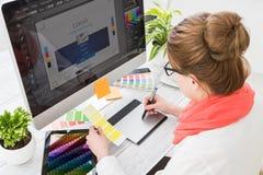 Grafisk formgivare på arbete egenskapa prövkopior för printing för press för färgbildindustri pre Arkivbilder