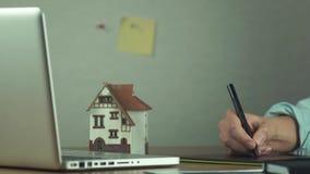 Grafisk formgivare som använder den grafiska minnestavlan som skapar byggprojekt på bärbara datorn stock video