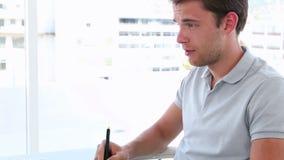 Grafisk formgivare som använder digitizeren på hans skrivbord stock video