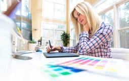Grafisk formgivare som använder hennes grafiska minnestavla royaltyfria bilder
