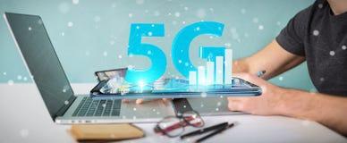 Grafisk formgivare som använder nätverket 5G på tolkningen för kontor 3D stock illustrationer