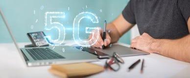 Grafisk formgivare som använder tolkningen för hologram 3D för nätverk 5G den digitala stock illustrationer