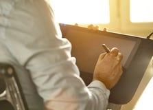 Grafisk formgivare som arbetar med den digitala teckningsminnestavlan och pennan arkivbild