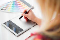 Grafisk formgivare som arbetar på en digital minnestavla Arkivfoton
