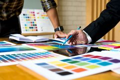 Grafiska formgivare använder minnestavlan för att välja färger från färgen royaltyfri foto