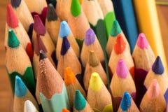 Grafit och färgade blyertspennor royaltyfri bild