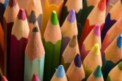 Grafit och färgade blyertspennor arkivbild