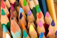 Grafit och färgade blyertspennor arkivfoton