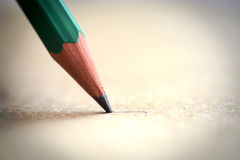 Grafit Pen Point på en pappers- arkytterlighetcloseup royaltyfria foton