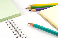 Grafitblyertspenna på den vita anteckningsboken Royaltyfri Bild