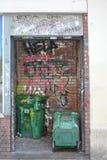 Grafitii och soptunnor i Portland, Oregon arkivfoton