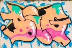 Grafitti av apelsinen, rosa färger, gräsplan och blått texturerar STORT på väggen Royaltyfri Fotografi