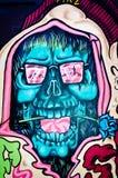 Grafitti av en hallucinogen blå skalle med en blomma Royaltyfri Fotografi