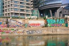 grafitti Donaukanal vienna _ Arkivfoton