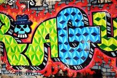 Grafitti färgrik vägg på en gammal byggnad, del av staden, var konstnärer dekorerade de gamla byggnaderna och fabriksväggarna Arkivbilder