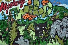 Grafitti färgrik vägg på en gammal byggnad, del av staden, var konstnärer dekorerade de gamla byggnaderna och fabriksväggarna Royaltyfria Foton